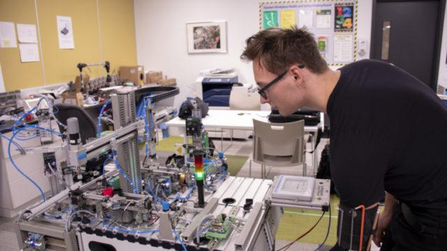 https://humberetc.ca/wp-content/uploads/2018/10/Robotics-Mateusz-Cwalinski-09-1-640x360.jpg